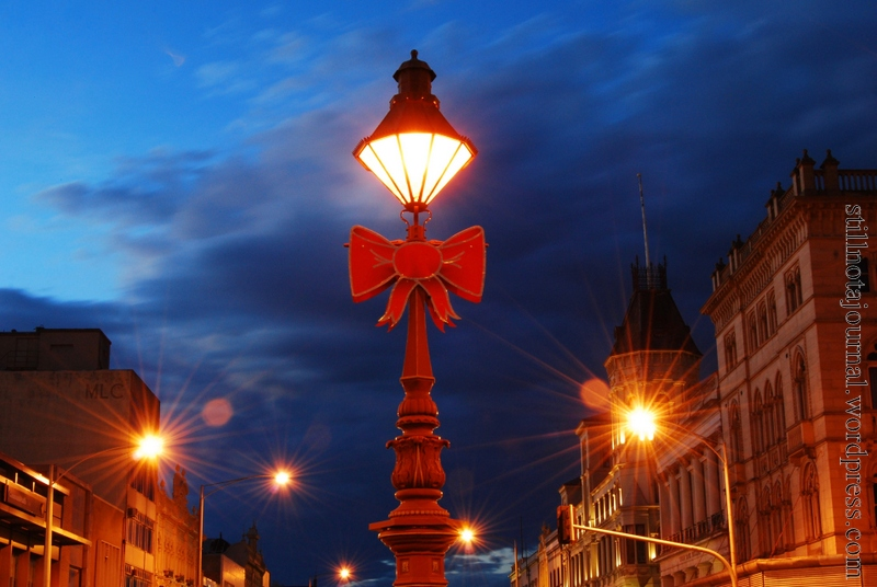 I love these old time street lamps, and the big red festive bow ties!